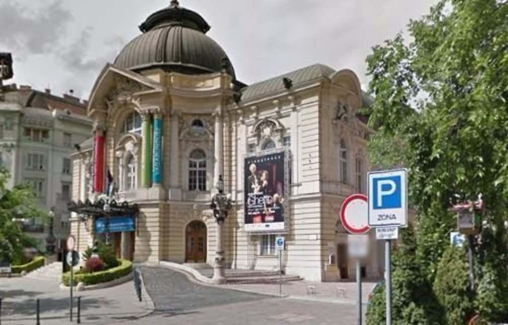 Szörnyű tragédia, a Vígszínház tetejéről zuhant a mélybe a férfi