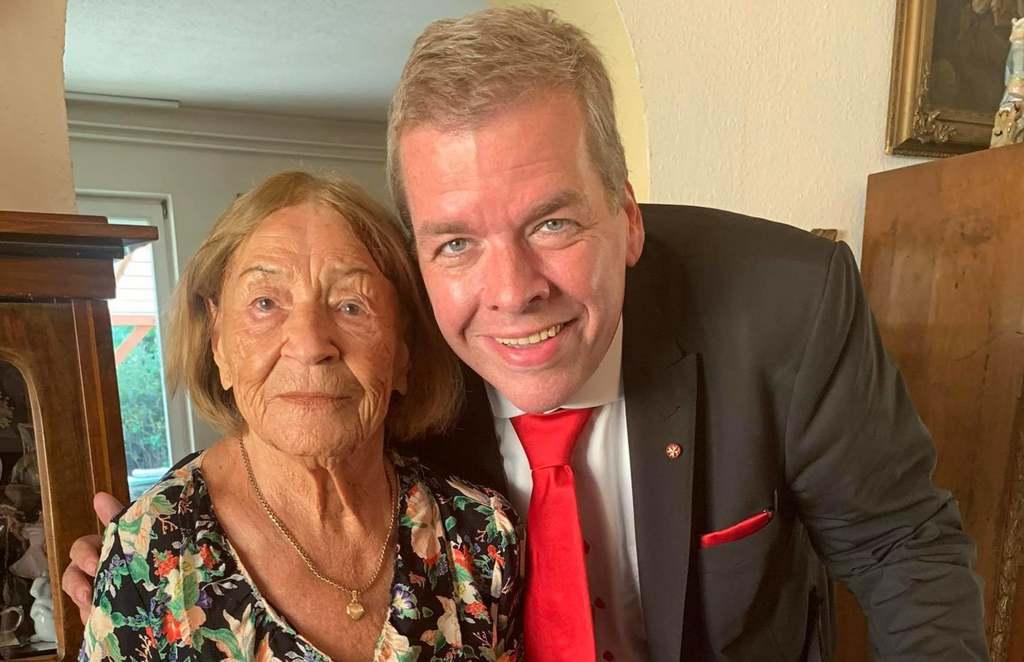 Ezt az asszonyt látogatta meg Schmuck Andor, még rózsát is vitt