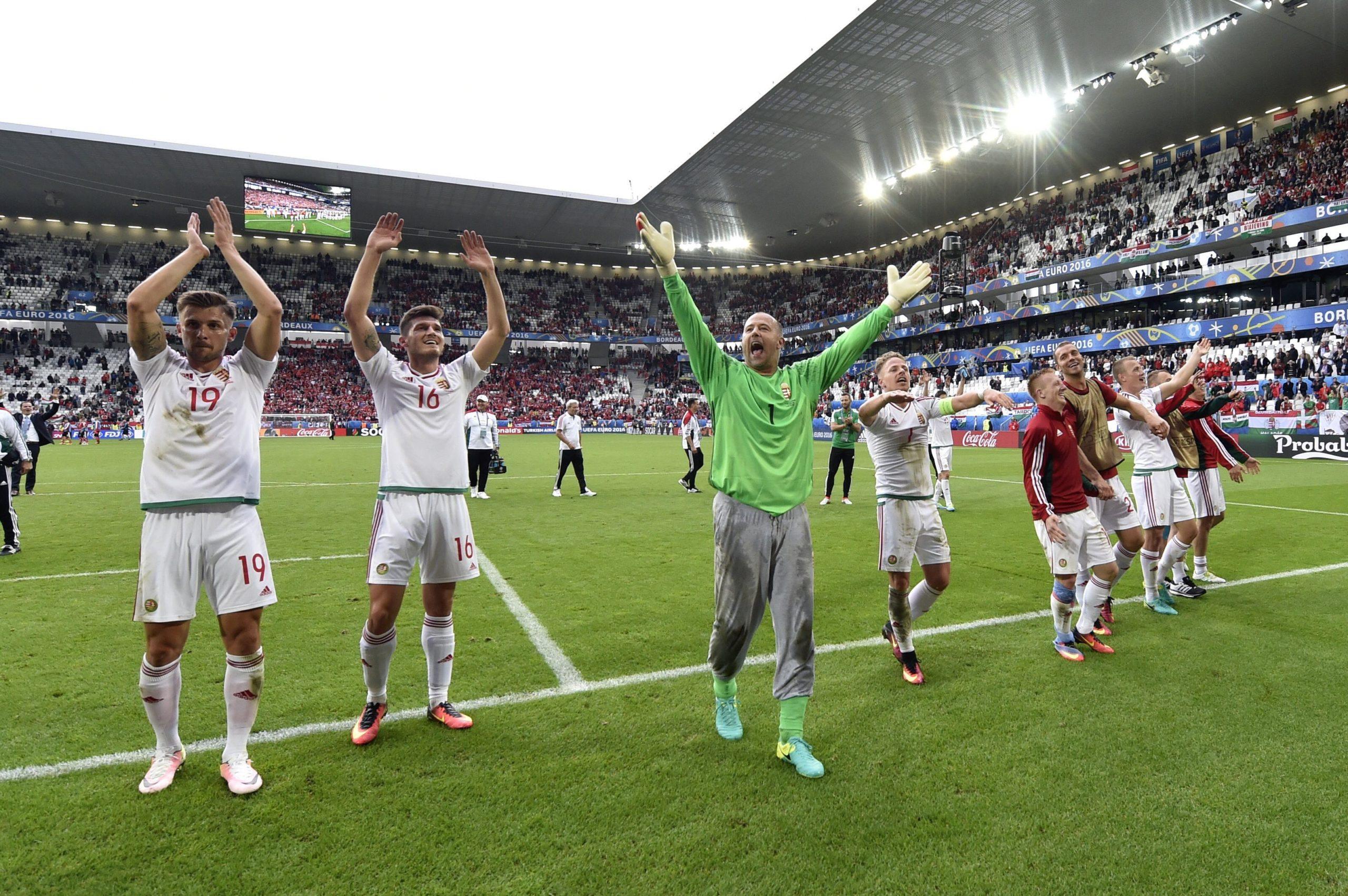 A magyar válogatott tagjai ünnepelnek (középen Király Gábor) az Ausztria elleni 2-0 után a 2016-os Eb-n