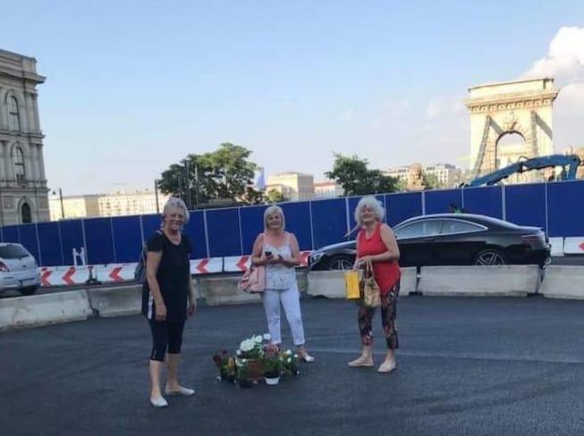 Az újpesti asszonyok virágot vittek a Lánchídhoz