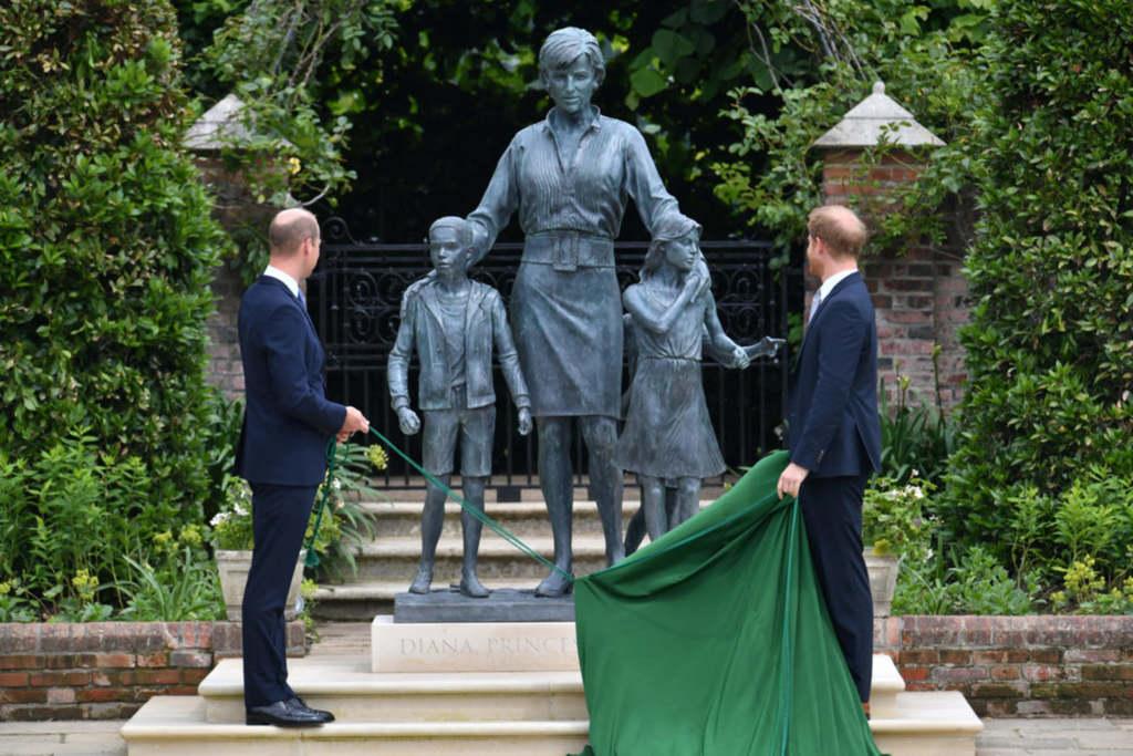 A hercegek is most látták először anyjuk szobrát