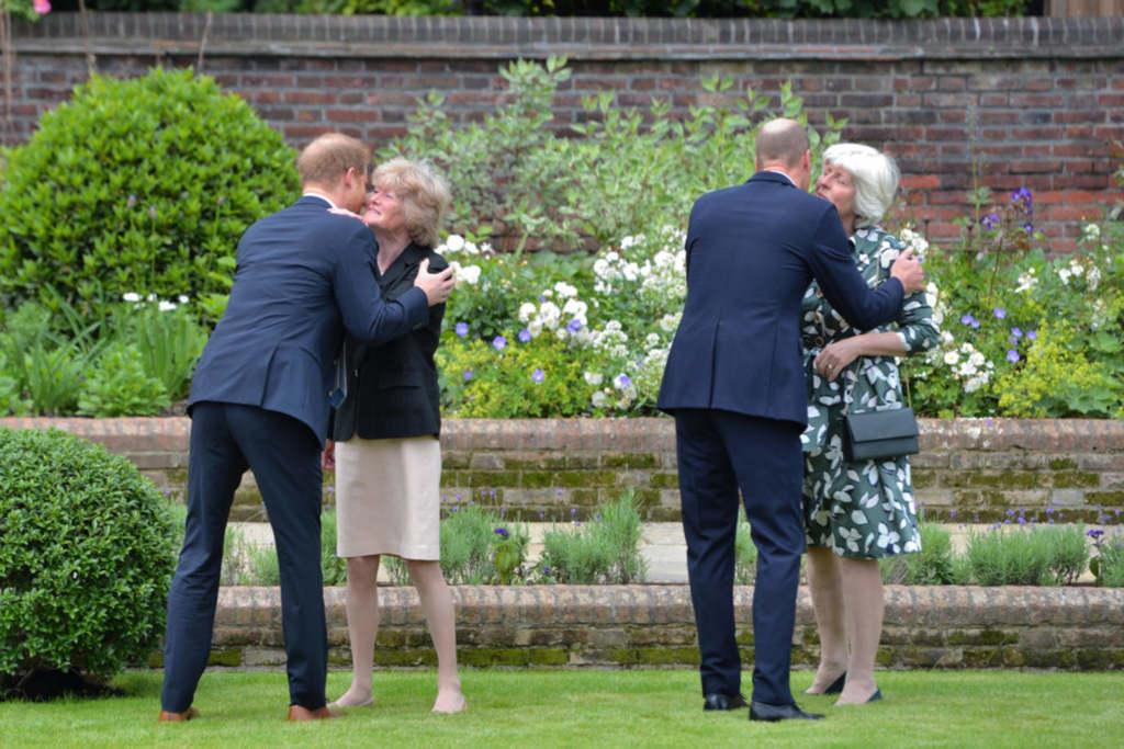 Diana nővérei a kevéske vendég között voltak