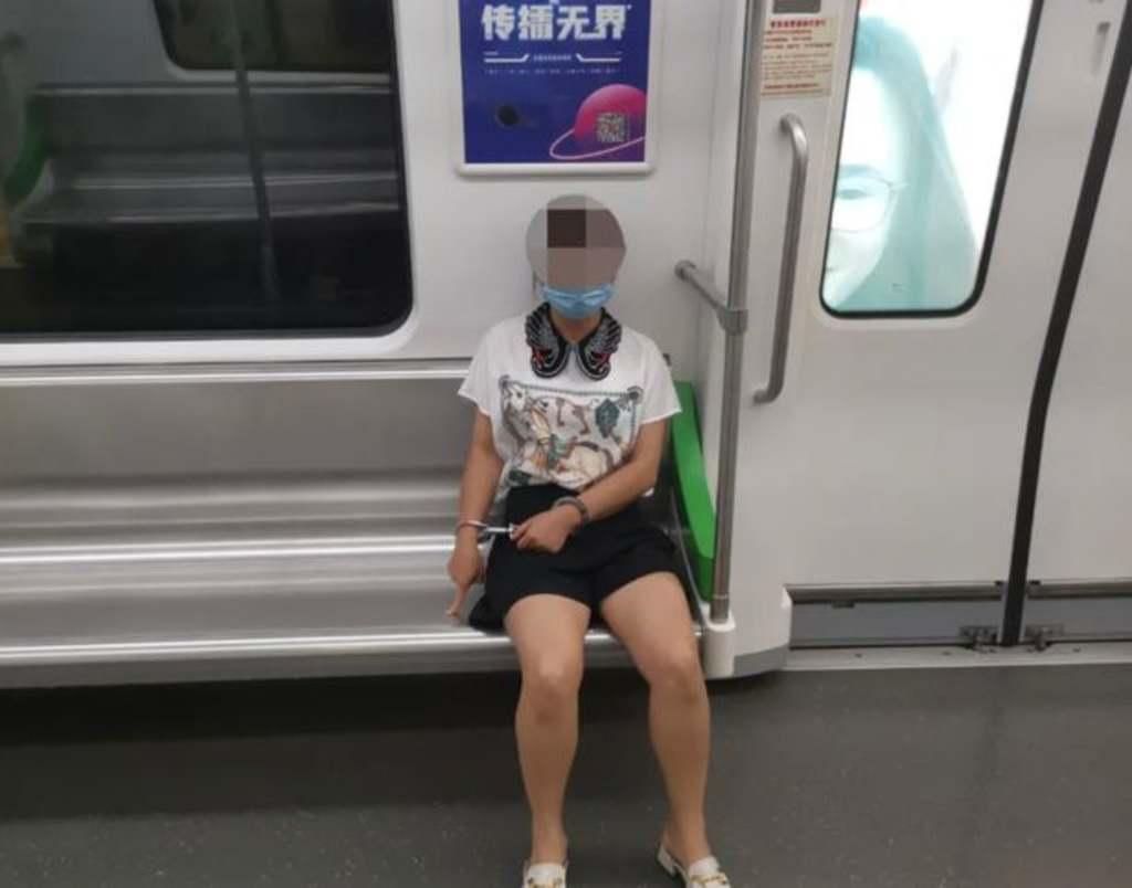 Olyan korhatáros dolgot művelt ez a nő a metrón, hogy azonnal letartóztatták