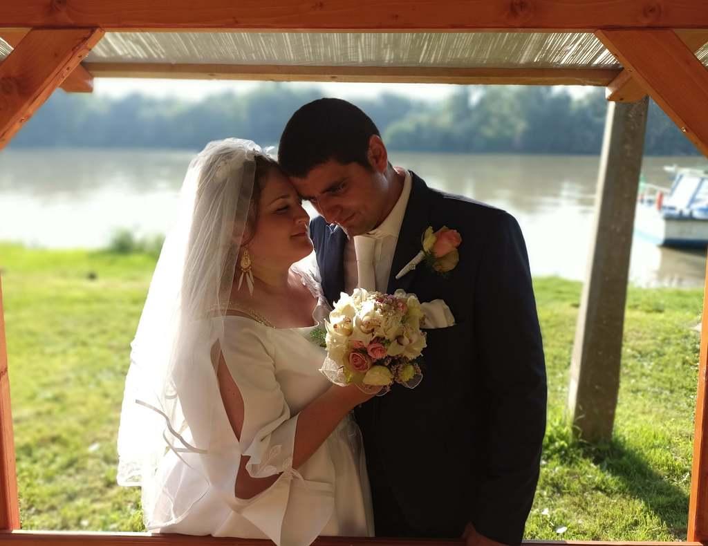 Forró csókcsata, megdöbbent a násznép a magyar énekesnő esküvőjén