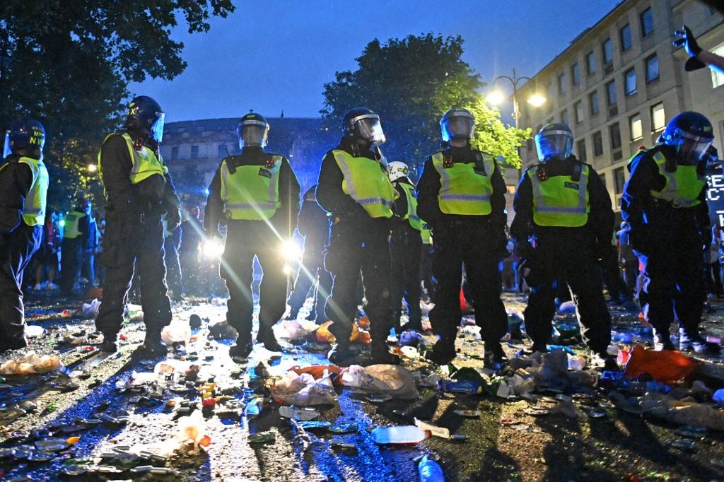 Csatatérré és szemétdombbá vált a Trafalgar tér is