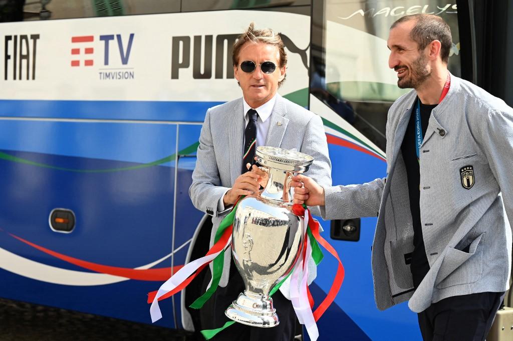 Roberto Mancini (balra, Giorgio Chiellini mellett) az Eb-trófeával
