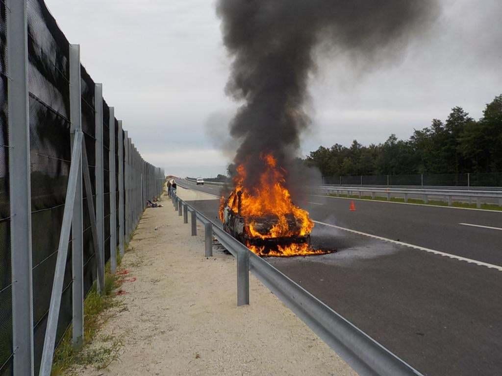 Horrorisztikus látvány: Teljes terjedelmében lángolt egy autó az M85-ösön