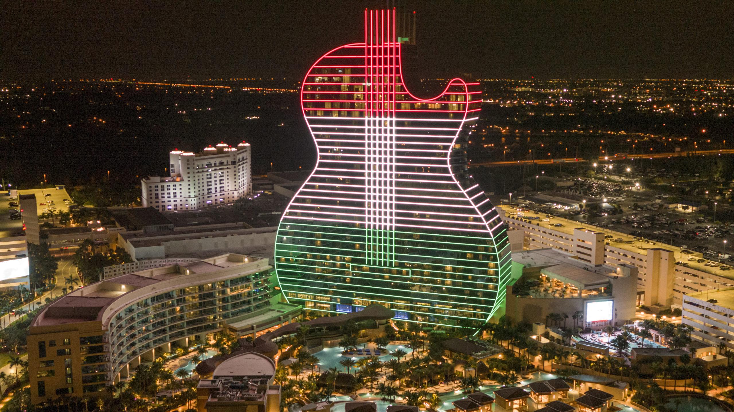 Magyar nemzeti színekben pompázott a világ első és ez idáig egyetlen gitár alakú szállodája
