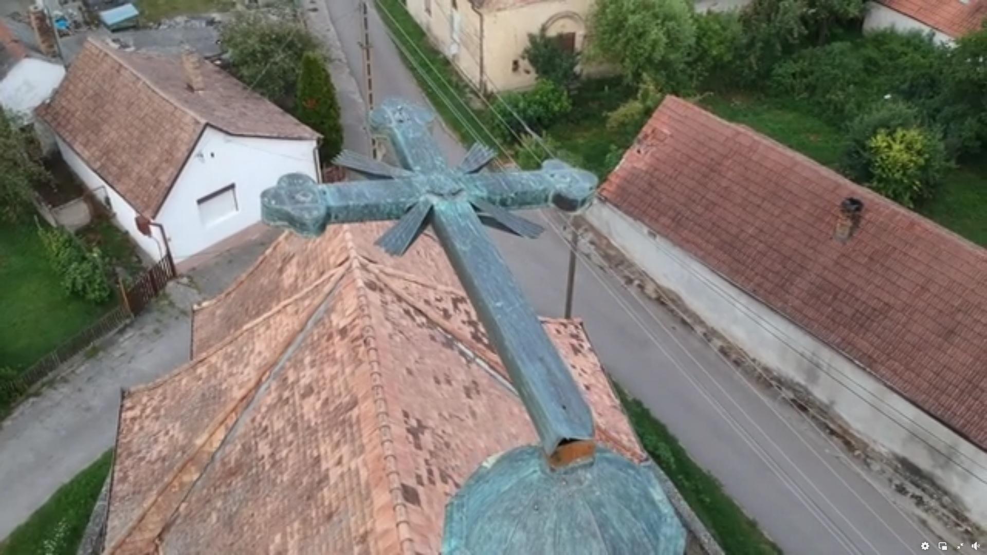 Letört a viharban a templom keresztje