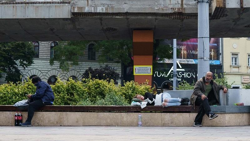 Ápolatlan figurák fekszenek a Nyugati téri padokon