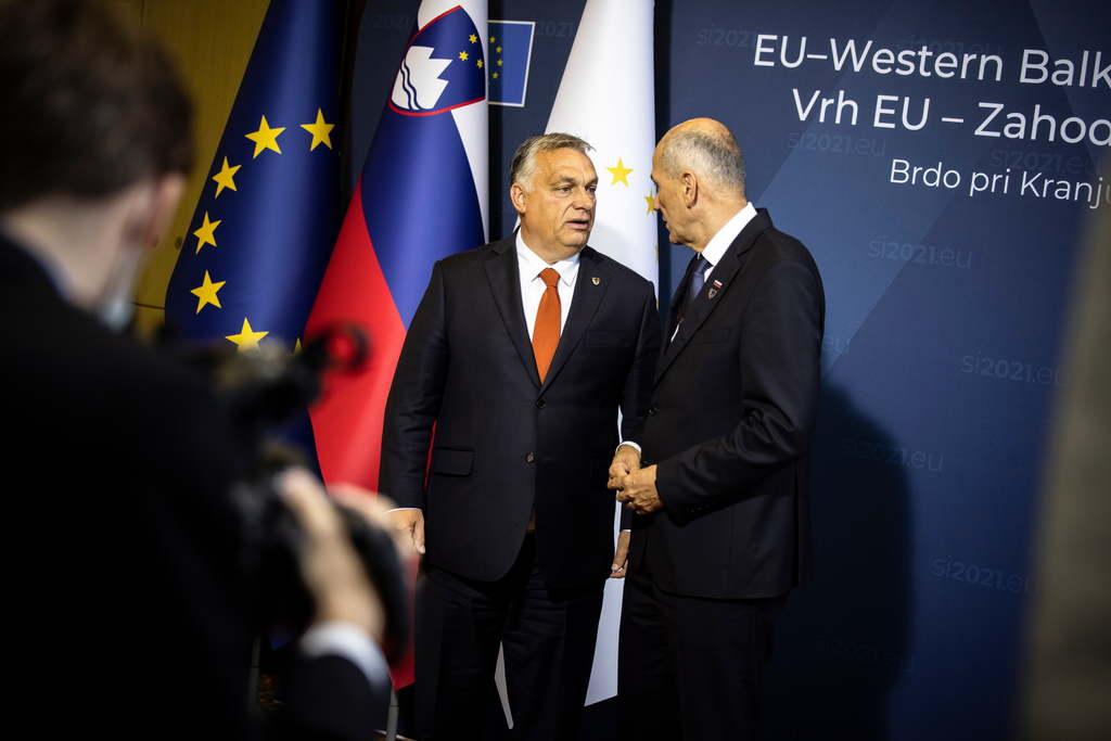 A Miniszterelnöki Sajtóiroda által közreadott fotón Orbán Viktor miniszterelnök (b) és Janez Jansa szlovén kormányfõ az EU-Nyugat-Balkán-csúcstalálkozón a Ljubljanához közeli Brdóban 2021. október 6-án.