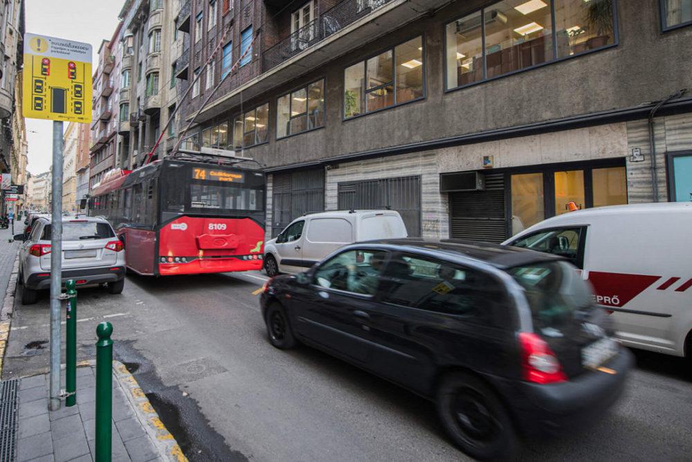 Új közlekedési táblák jelentek meg Budapest belvárosában