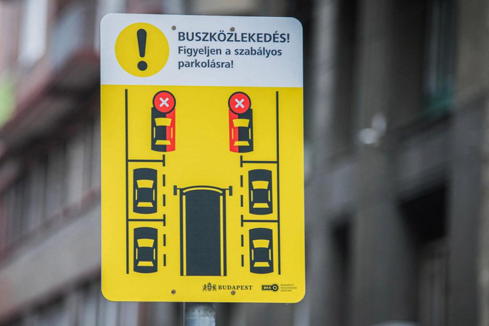 Az új táblákkal akarja a BKK elkerülni a szabálytalan parkolásokat