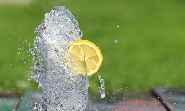 amikor sok vizet iszom, az ízületeim fájnak)